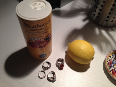 Bicarbonate pour entretenir les bijoux